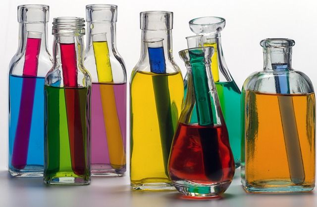 Glasflaschen mit bunten Flüssigkeiten
