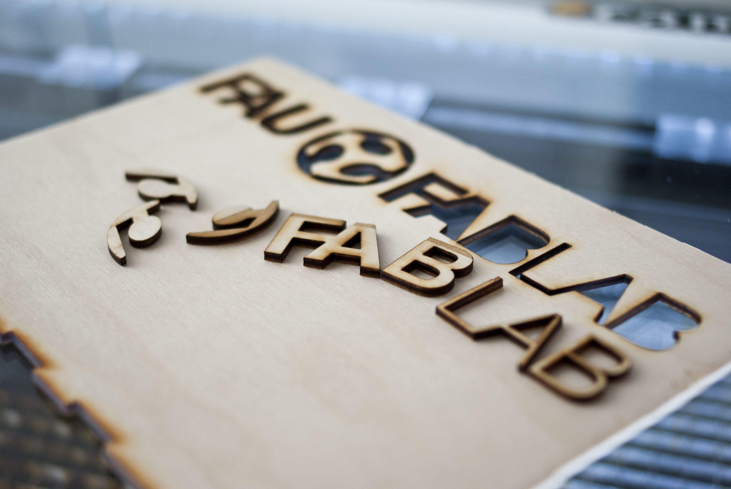 Buchstaben, die aus einem Stück Holz gelasert wurden